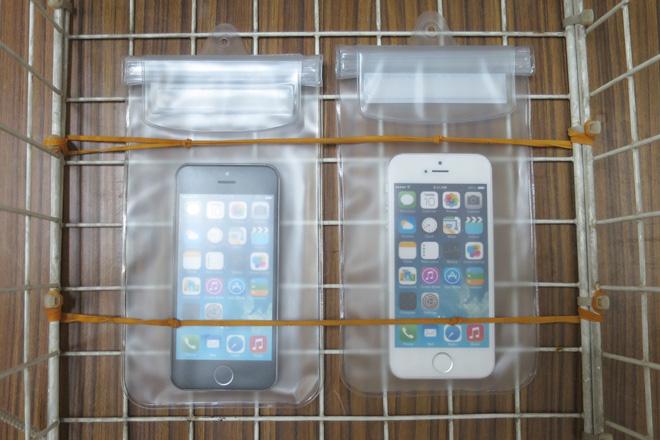防水ケースにiPhoneを入れてカゴにしっかり固定します。