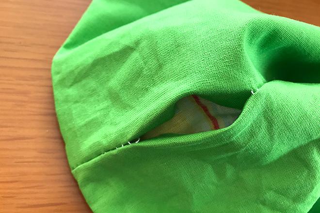 縫い合わせた布を表に返す